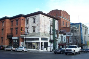 unrenovated building on St-Laurent and Sherbrooke aftet the giant billboard was removed